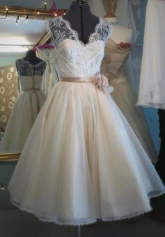 Vintage A-line Lace Tea-length Wedding Dress / Bridal Gown