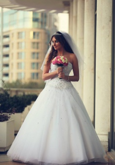 Elegant White Sweetheart Crystal Wedding Dress with Beadings Formal Puffy Floor Length Bridal Gowns