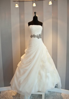 White Elegant Strapless Long Ball Gown Wedding Dresses Beautiful Designer Floor Length Plus Size Formal Bridal Gowns
