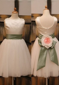 Stunning Bateau Sleeveless Knee-Length Ivory Flower Girl Dress with Bow Handmade Flower
